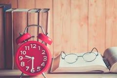 Uhr und Buch Stockbild