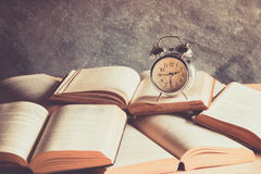Uhr und Buch Lizenzfreies Stockfoto
