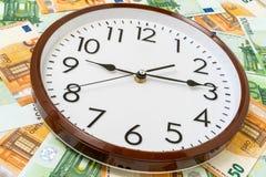 Uhr- und Eurowährungsbanknoten lizenzfreie stockbilder