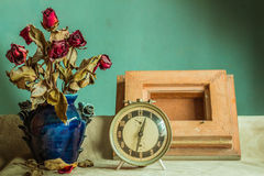 Uhr und Feld mit Weinlese Lizenzfreie Stockfotos
