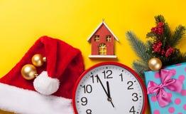 Uhr und Geschenke Stockfotografie