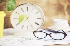 Uhr und Gläser auf Tabelle Lizenzfreies Stockbild