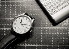 Uhr und Handy Stockbild