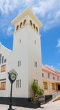 Uhr und Kirche in Philipsburg Stockfoto