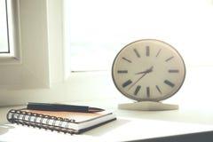 Uhr und Notizblock Lizenzfreie Stockbilder