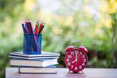 Uhr und Notizbuch mit Bleistift Stockfotografie