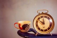 Uhr und Schale auf Hintergrund Lizenzfreies Stockfoto