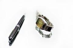 Uhr und Stift auf Spiegel mit Reflexion Lizenzfreie Stockbilder