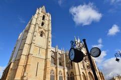 Uhr und Thermometer mit Leon Cathedral Background In Leon Architektur, Reise, Geschichte, Straßen-Fotografie stockbild
