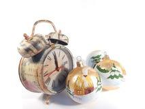 Uhr und Weihnachtsdekoration Stockbild