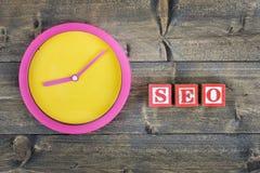 Uhr und Wort SEO lizenzfreie stockfotografie