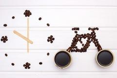 Uhr und Zahlen des Fahrrades mit Kaffeebohnen Stockfoto