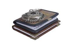 Uhr und zwei Notizbücher Stockbild
