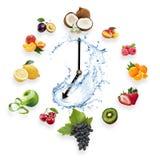 Uhr vereinbarte von den gesunden Früchten spritzen durch das Wasser, das auf w lokalisiert wurde lizenzfreie stockfotografie