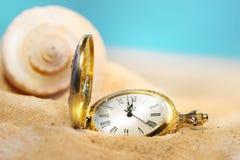 Uhr verloren im Sand Stockbild