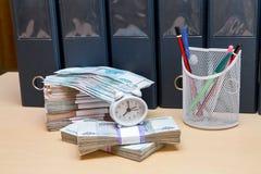 Uhr-Warnungsuhr, Stifte, Bleistifte und viel Rus Lizenzfreie Stockbilder