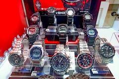 Uhren auf Anzeige in einem Schmuckspeicher lizenzfreie stockfotos