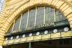 Uhren über dem Haupteingang des Flinders-Straßenbahn-Bahnhofs in Melbourne, Australien Lizenzfreies Stockfoto