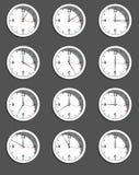 Uhren, die unterschiedliche Zeit zeigen Vektor Lizenzfreies Stockfoto