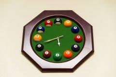 Uhren hergestellt von den Billardkugeln Lizenzfreies Stockbild