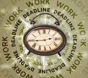 Uhren mit rundem Schreiben der Arbeit und der Frist Lizenzfreie Stockfotos