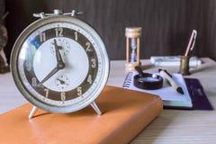 Uhren und alte Bücher Lizenzfreies Stockfoto