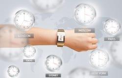 Uhren und Zeitzonen über dem Weltkonzept Lizenzfreie Stockfotos