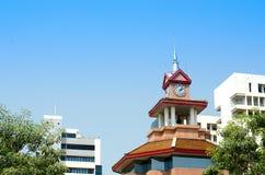 Uhrgebäudebeschaffenheit und blauer Himmel Lizenzfreies Stockfoto