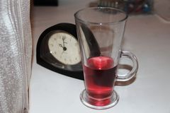 Uhrgetränk ein Glas Stockfotos