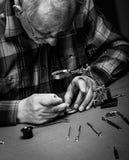 Uhrmacher, der eine alte Taschenuhr repariert Lizenzfreie Stockbilder
