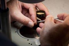 Uhrmacher, der eine Schraube an einem balancewheel schraubt Stockbild