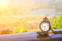 Uhrmedaillon auf dem Holztisch stockbilder