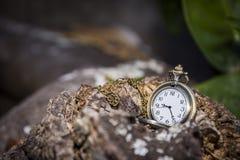 Uhrmedaillon auf dem Holztisch stockfotos