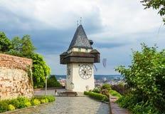 Uhrturm,格拉茨钟楼在春天在多雨和多云天,奥地利 库存图片