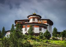 Uhrturm über Paro Dzong, ta Dzong, Nationalmuseum, Bhutan lizenzfreies stockfoto