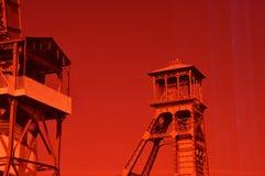 Uhrturm hinter roter Glastür stockfotos