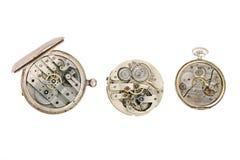 Uhrwerkdetails, Zahntriebe und Radmakronahaufnahme lokalisiert auf Weiß Stockbild