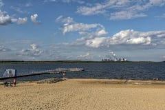 UHYST TYSKLAND, AUGUSTI 27, 2017: Stranden på Bärwalder sjön Arkivfoto
