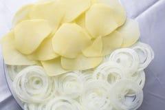 Ui en aardappels bij witte achtergrond stock afbeeldingen