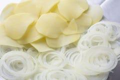 Ui en aardappels bij witte achtergrond stock foto's