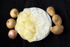 Ui en aardappels bij zwarte achtergrond royalty-vrije stock afbeelding