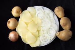 Ui en aardappels bij zwarte achtergrond stock afbeeldingen