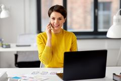 Ui projektant wzywa smartphone przy biurem obraz royalty free