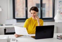 Ui projektant wzywa smartphone przy biurem zdjęcia stock