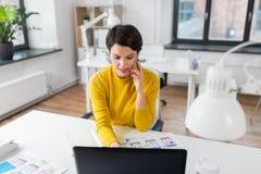 Ui projektant wzywa smartphone przy biurem obrazy royalty free