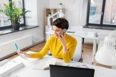 Ui projektant wzywa smartphone przy biurem zdjęcie stock