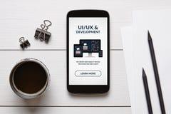 UI/UX έννοια σχεδίου και ανάπτυξης στην έξυπνη τηλεφωνική οθόνη με τα αντικείμενα γραφείων στοκ εικόνες με δικαίωμα ελεύθερης χρήσης