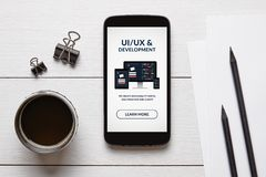 UI-/UXentwurf und Entwicklungskonzept auf intelligentem Telefonschirm mit Bürogegenständen lizenzfreie stockbilder