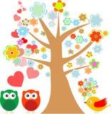 Uilen in liefde en vogel met leuke bloemenboom Stock Afbeeldingen