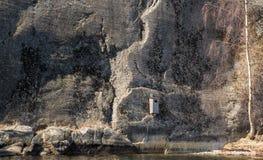 Uilhuis op een rotsmuur Stock Fotografie